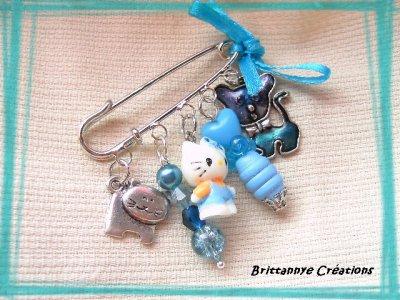 Broche Hello kitty et ses copains voient la vie en bleu !!