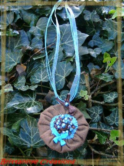 Collier pendentif en feutrine marron, organza turquoise et perles brodées
