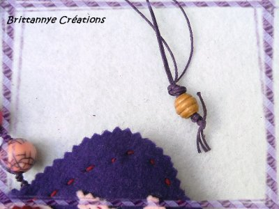 Collier pendentif feutrine scructuré, perles bois et synthétique, cordon ciré mauve