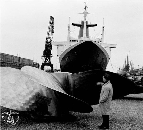 Le paquebot FRANCE au havre (décembre 1965) en cale séche.