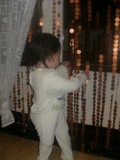 moi entrain de jouet avec les nouveau rideau a maman