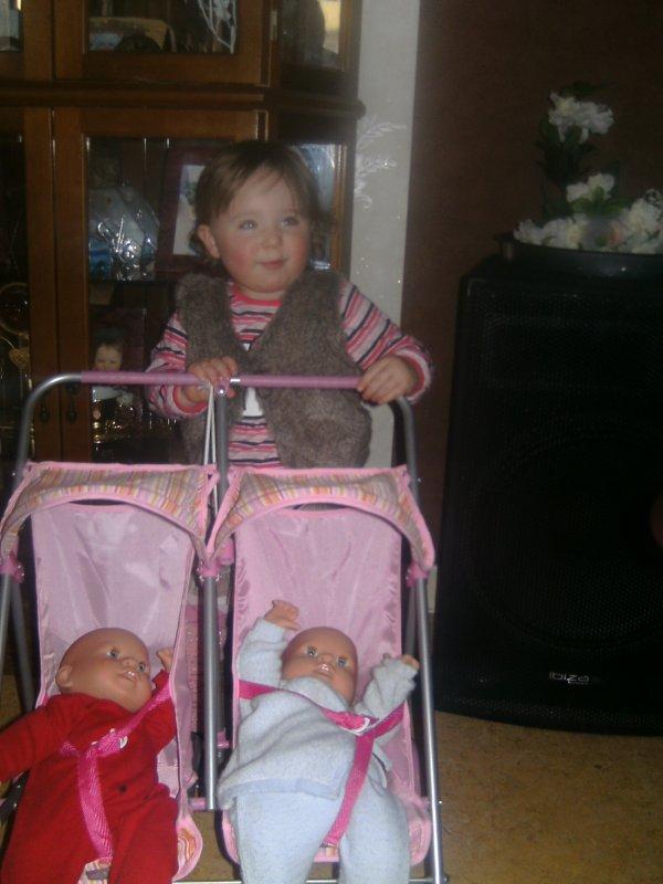moi avec ma pousette et mes bebe