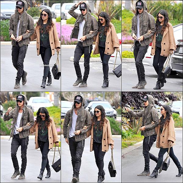 _ 01/05/2012 : Vanessa Hudgens et son copain Austin Butler ont été repérés à Santa Monica, en Californie mardi après-midi.l Des rumeurs ont était déclenché sur les deux tourtereaux, en effet le couple seraient entrain d'emménager ensemble après qu'ils aient été récemment repéré sur une séance de magasinage à un IKEA à Hollywood, en Californie. Vanessa et Austin passent presque tout leur temps libre avec un autre, tenant par la main et les baisers. _