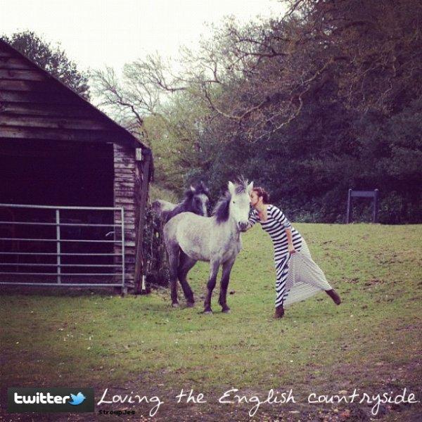 .  21 Avril 2012 : Jes' à posté sur instagram une photo d'elle avec un cheval.