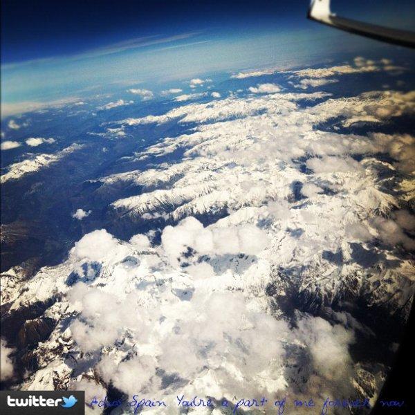 .  Twitter :Hier (26/04/12) Jes' à tweeter cette photo, elle a quitté l'Espagne.  Flashback : Candid datant de 2011.