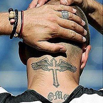 voila le tatouage sur la nuque
