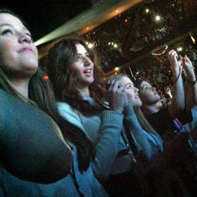 Eleanor , Lottie & Fizzy etaient au concert des garçons hier soir. (26/05/2012)