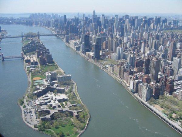L'île de Rooselvelt au c½ur de New-York, à droite Manhattan....