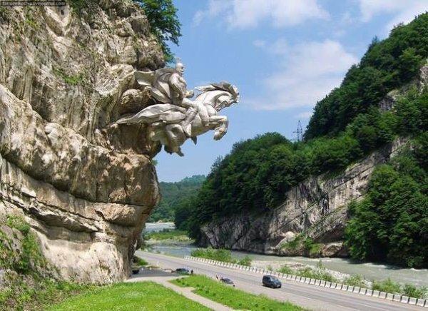 Statue de St. George taillée à même la falaise, dans le sud de la Russie en Ossétie du nord sur la route.....étonnant..