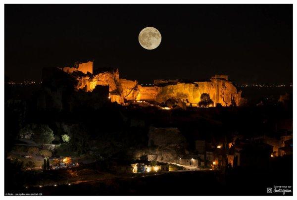 La lune au dessus du village des Beaux-de Provence.....