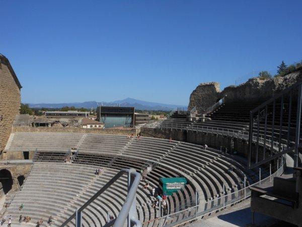 Les gradins du théâtre antique d'Orange avec en arrière plan le mont Ventoux....
