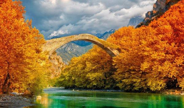 Pont de pierre de Konitsa sur l'Aoos, Grèce...