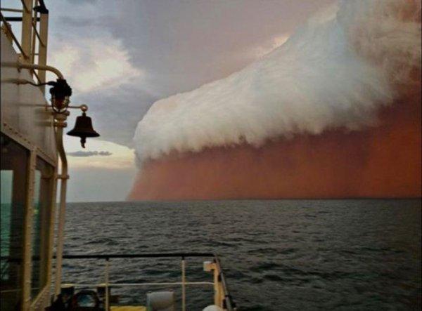 Tempête de sable avançant sur la mer.......
