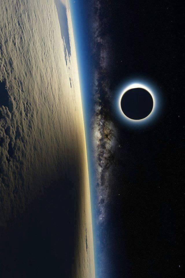 Éclipse de soleil de la station spatial ISS international.....