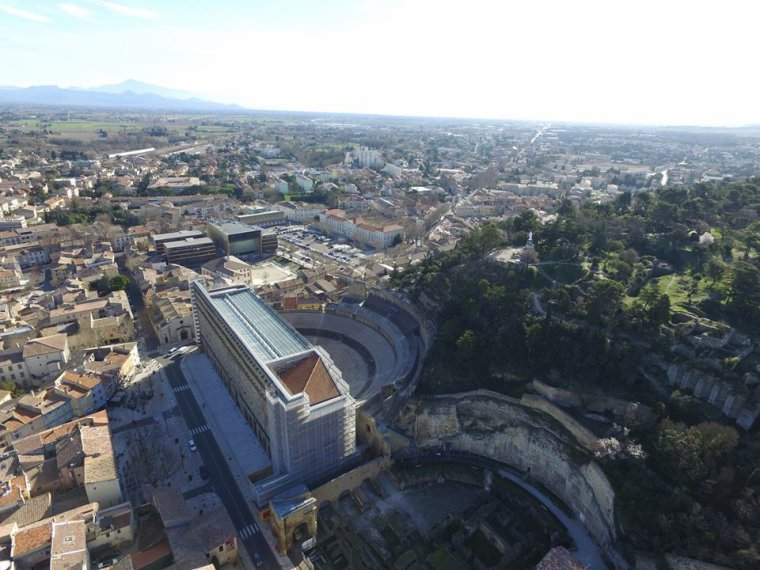 Le théâtre antique d'Orange, la colline Saint-Eutrope avec ce qu'il reste du château des princes d'Orange....