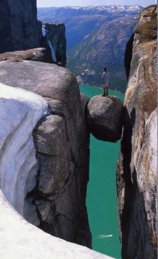 Kjeragbolten, la montagne de Kjerag , Norvége.....