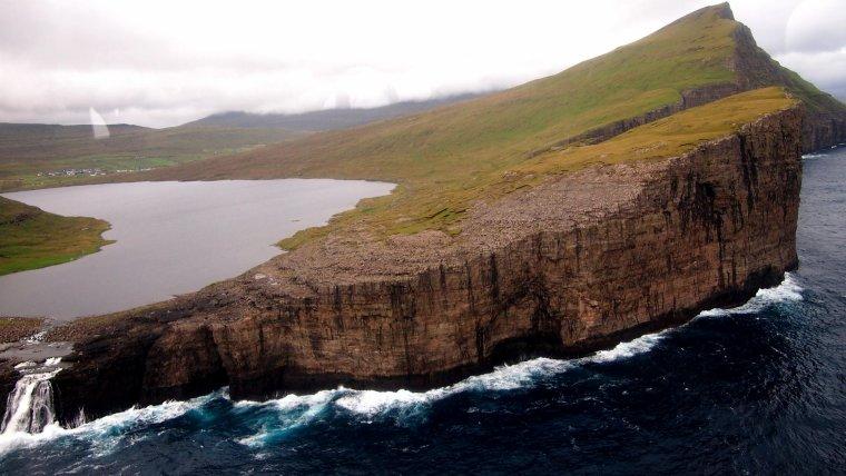 Le lac Sørvágsvatn ou Leitisvatn aux îles Féoré......