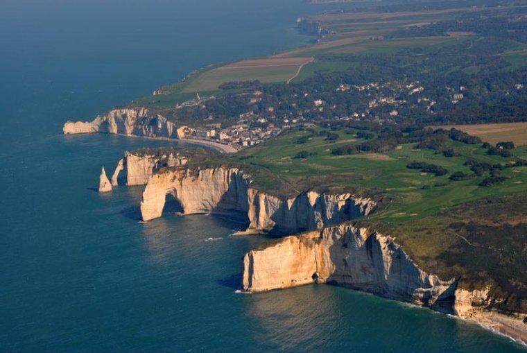 Les falaises d'Etretat, en Normandie, France....