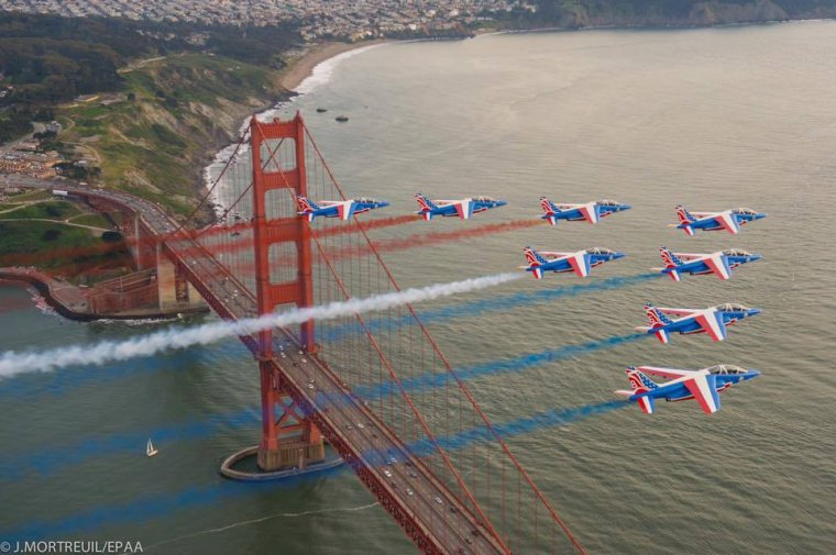La fabuleuse patrouille de France survole le Golden Gate de San Francisco......