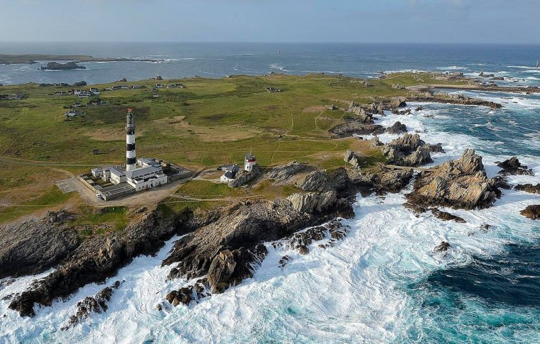Ouessant et l'un des phares de l'île, celui du Créa'ch, Finistère, France....