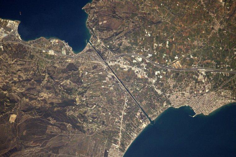 Le canal de Corinthe sépare la presqu'île de Péloponnèse et la Grèce continentale......