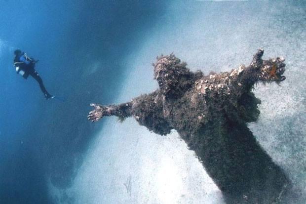 Le Christ, appelé Christ des Abysses est situé dans les fonds marins de la baie de San Fruttuoso en Italie....