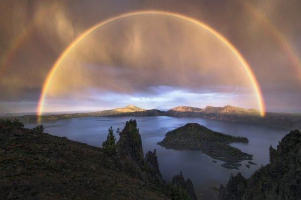 Un double arc en ciel au Crater Lake National Park, USA...