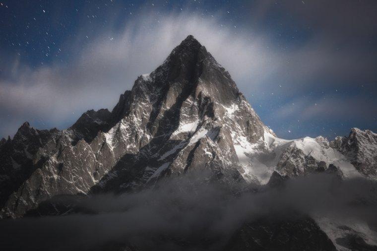 la Pointe Walker à la nuit tombante, 4 208 m, le sommet principal des Grandes Jorasses, France....