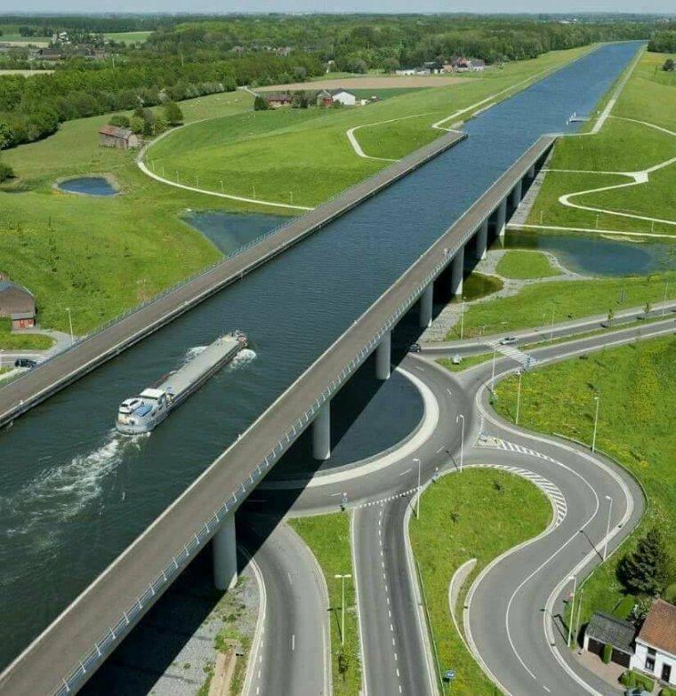 Le pont-Canal du Sart à Houdeng-La Louvière, Belgique....