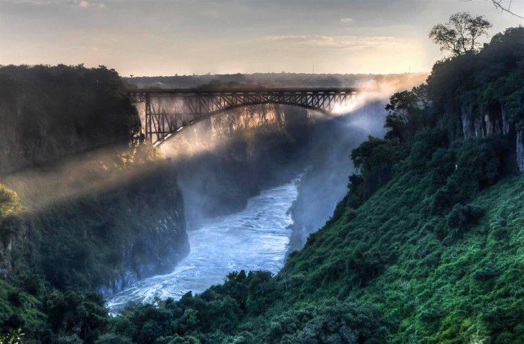 Le pont qui relie le Zimbabwe et la Zambie sur les chutes victoria....