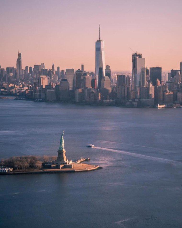 """L'une des premières photo du """" nouveau World trade center """" devant Liberty Island, New York, USA..."""