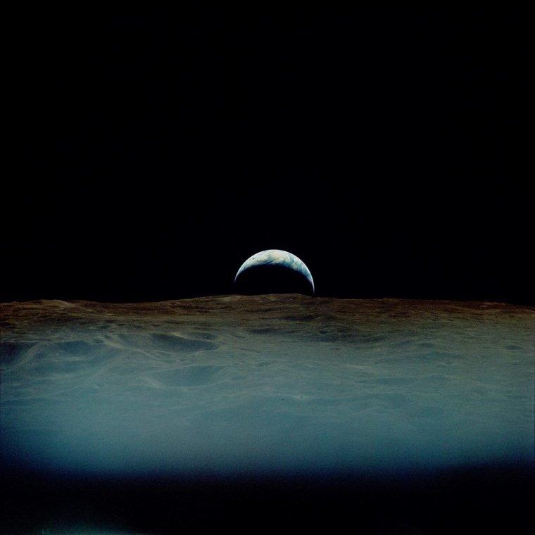 Un magnifique lever de Terre, depuis la Lune.  Mission Apollo 12, 1969....