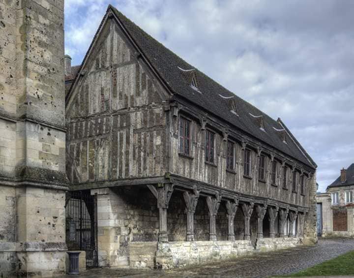 La bibliothèque du Chapitre sise à Noyon.... France....