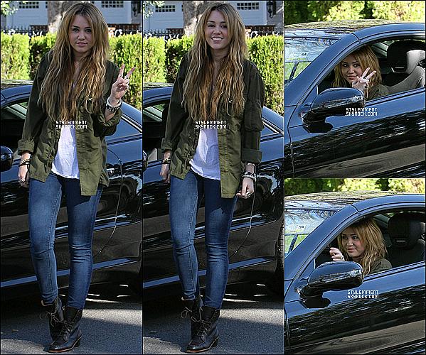 31/12/2010 | Miley Cyrus a posé pour les paparazzis avant de partir en voiture à LA.