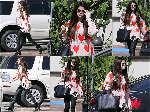 04/10/2012 | Selena vu au Sky High Sports Trampoline Park à Woodland Hills.