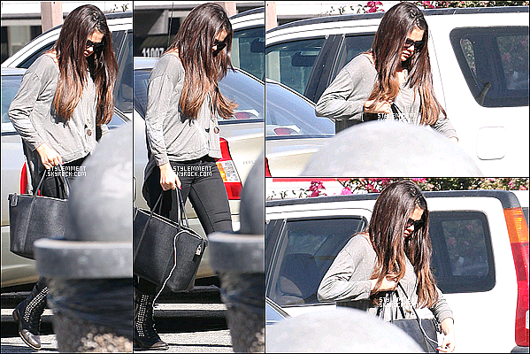 03/10/2012   Selena a été vu sortant du restaurant Sushi Dan  à Studio City (LA). Plus tard dans la journée, elle a été photographié en train de rendre au concert de son petit-ami de l'époque, Justin Bieber.