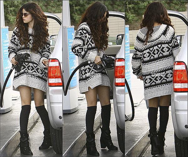 27/01/2013 | Selena a été aperçu alors qu'elle mettait de l'essence dans sa voiture. Plus tard dans la journée, elle a été photographié en train de se rendre dans un studio d'enregistrement à Los Angeles.