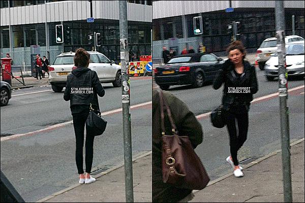 23/08/2012 | Eleanor a été aperçu avec des amis attentant un taxi à Manchester.