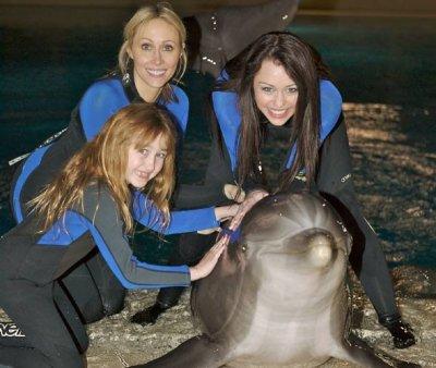 miley,noah,et sa mére et un beau dauphin