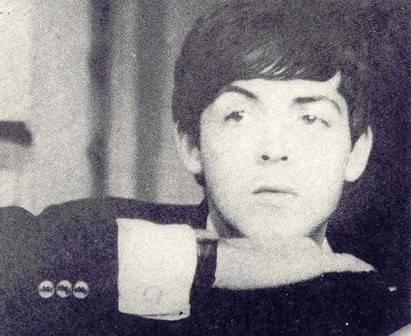 Paul qui a le regard perdu au loin...