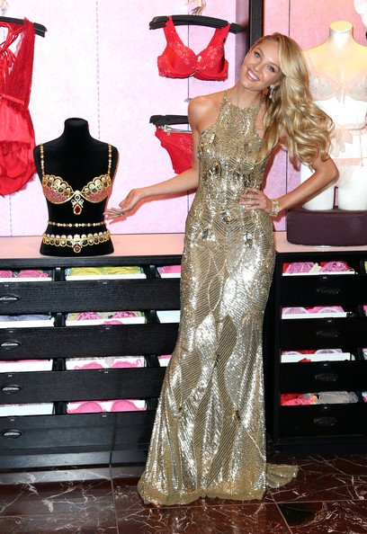 Candice Swanepoel exhibe Le soutien-gorge Fantasy royal à Victoria Secret à Herald Square