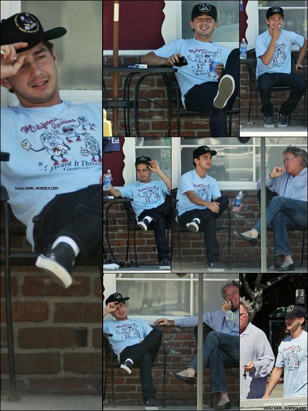 Flash Back   . 6 Septembre 2007 : Shia prend une pause cigarette à l'exterieur d'un café à Toluca Lake (Californie) tout en discutant avec son manager John Crosby. .