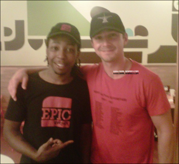 """.29 Aout 2010 : Shia au """"Epic Burger"""" ou il a signé des autographes et a posé pour une photo avec un employé nommé Clarence. Selon le personnel, Shia est venu au """"Epic Burger"""" quatre fois pendant le tournage de TF3 à Chicago. ."""