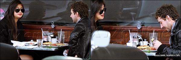 .5 decembre 2010 : Shia et une amie ? sont allé dejeuner au Café Jinky à Sherman Oaks, CA. .