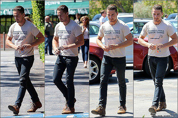 __♦ Candids27 Avril 2011 : Shia sortant du centre commercial de Beverly Glen à Beverly Hills, Californie.