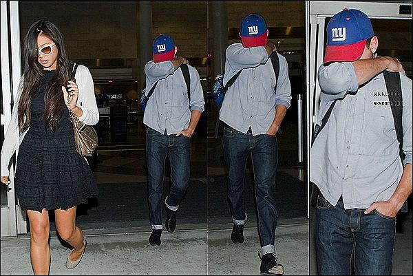 ;29/06/11 : Shia et Karolyn ont été pris en photo à la sortie de l'aéroport international LAX de Los Angeles. La promotion de TF3 vient de se terminer, il se pourrait que le 28/07, le cast TF3 soit en Chine pour une autre première. TOP/FLOP?  :