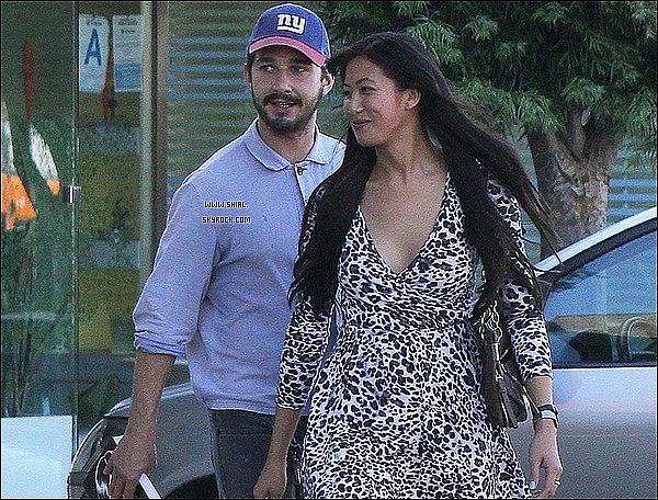 ;23/07/11 : Shia LaBeouf et sa copine Karolyn ont été aperçus devant le magasin GNC à Los Angeles. TOP/FLOP?  :