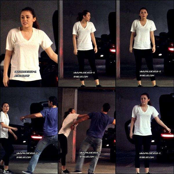 09.03.2011 Miley a encore eu un problème avec un paparazzi en sortant d'un club de gym .