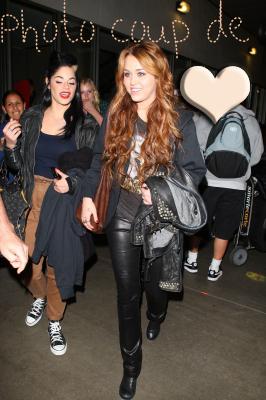 O8.O4.2011 : Miley a l'aéroport de LAX , Los angeles + une nouvelle photo du photoshoot pour Marie-Claire . Alors tu en pense quoi ?
