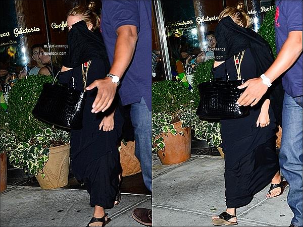 29 août : Ashley Olsen & Mary-Kate ont été aperçuent  quittant un restaurant avec des amis dans New York.